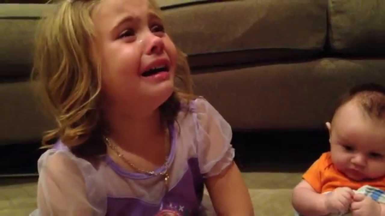 【可愛いすぎる】弟が成長してほしくなくて号泣する女の子の動画が可愛すぎて感動する!!